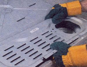 Надевайте прочные защитные перчатки