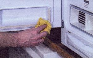 протрите уплотнение дверцы