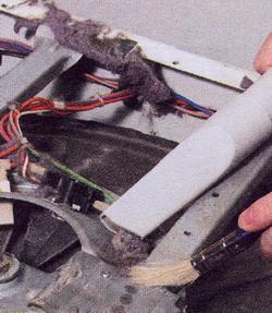 удаляйте пыль с внутренних деталей машины