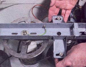 Отодвиньте электродвигатель от шкива