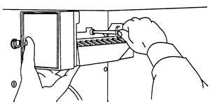 удаление винта, крепящего генератор к внутренней стенке морозильного отделения