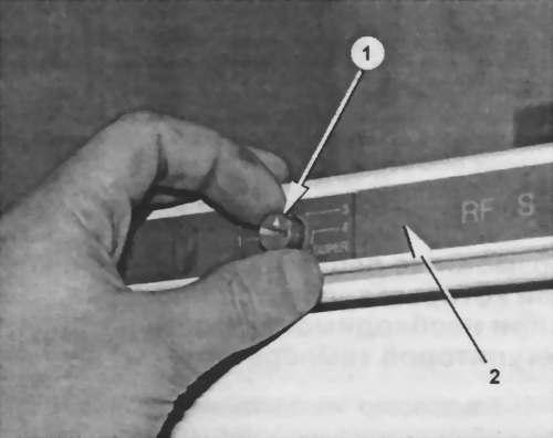 поддевают ручки регуляторов температуры и снимают их