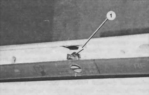 отворачивают гайки крепления регуляторов температуры