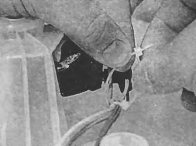 Фиксируют жгут проводов пластиковым хомутом