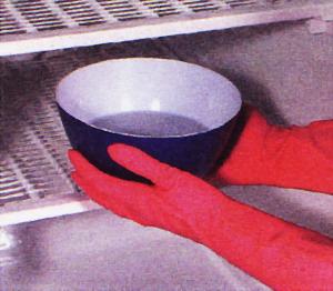Поставьте в морозилку миски с горячей водой
