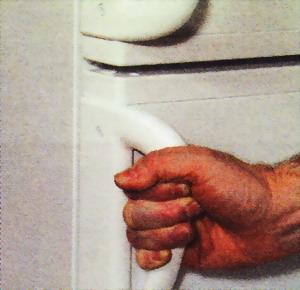 Когда дверца морозильника не открывается, подождите 2 минуты