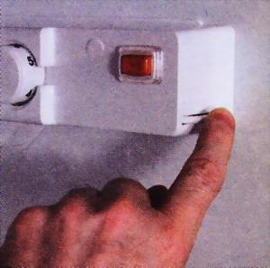 Несколько раз нажмите на выключатель - возможно, его заело