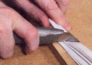 Острым ножом надавите строго вниз