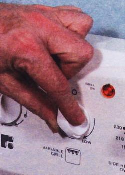 Поверните ручку переключателя гриля для его проверки