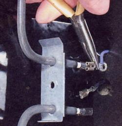 Снимите наконечники проводов с контактов