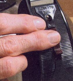 Изношенный выключатель может не фиксироваться во включенном положении