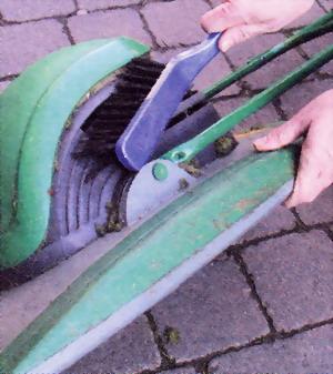 Сметите обрезки травы с ножей