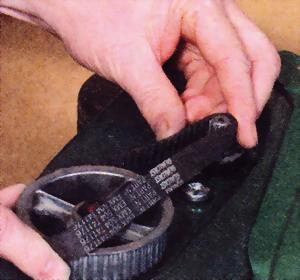 Наденьте новый ремень на шкив