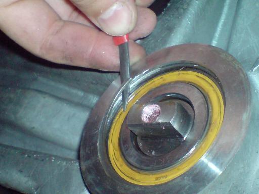 Демонтаж стопорного кольца