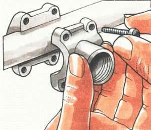 Закрепите на трубе хомут из опорной пластины и прижимной прокладки