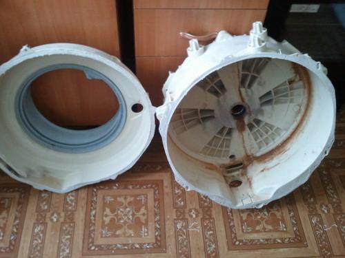 Разрезанный бак с извлеченным барабаном