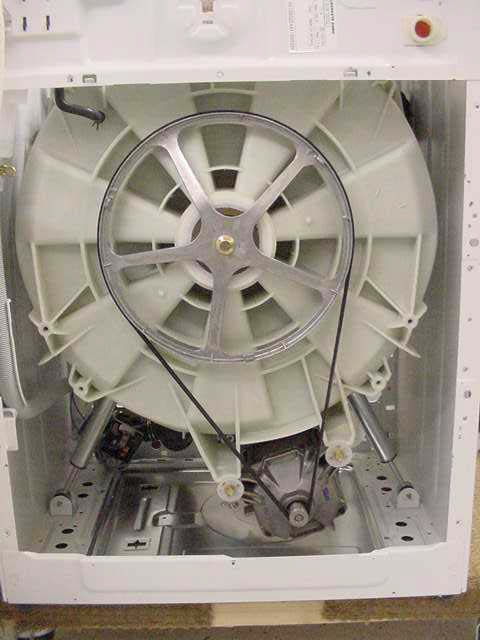 Вид сзади на стиральную машину