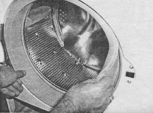 Отделение уплотнителя дверцы люка от передней панели