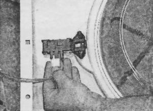 Отсоединение проводов от устройства блокировки люка