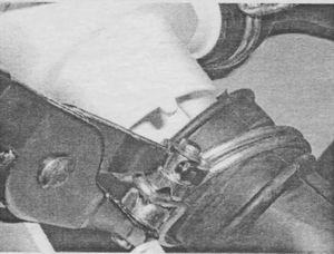 Отсоединение патрубков от сливного насоса