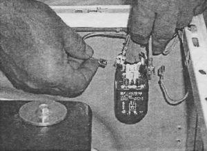 Отсоединение проводов от клемм противопомехового фильтра