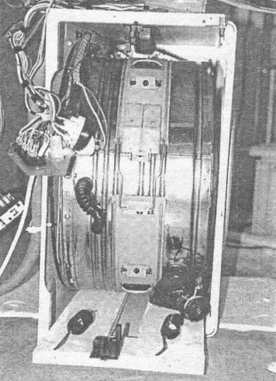 Рис. 15.  Операции перед демонтажем бака (машина лежит на левом боку, вид со стороны снятой верхней крышки) .