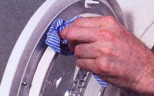 Влажной тканью очистите уплотнение дверцы