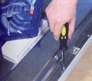 После снятия внутренней панели дверцы положите на нее груз